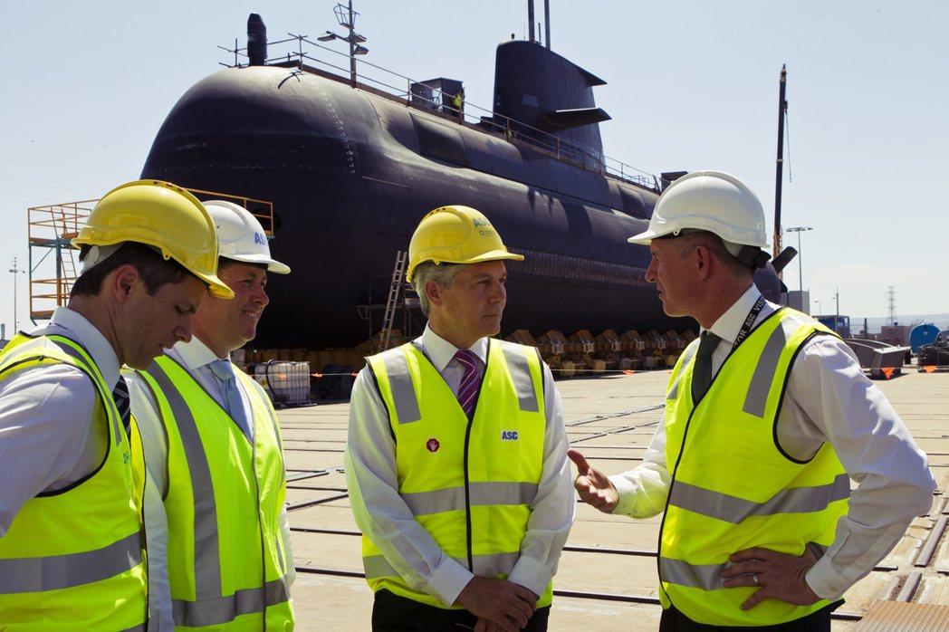 2012年時的阿德雷德ASC造船廠,一艘柯林斯級潛艇正在進行乾塢維修,而時任工黨...