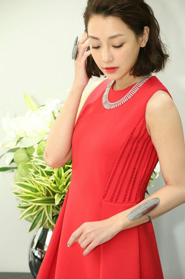 謝欣穎以Calvin Klein Platinum紅色小洋裝展現復古甜美風,配戴...