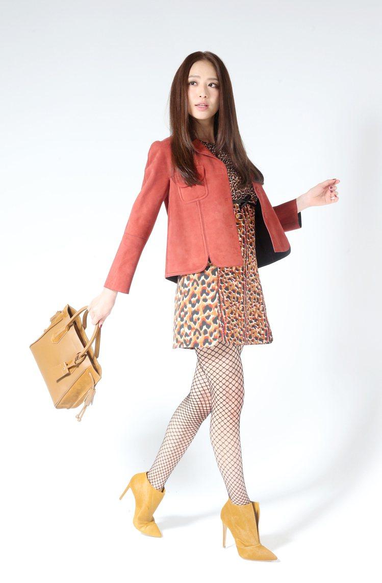 白歆惠穿Longchamp駝色豹紋洋裝17,300元,紅磚色短版皮外套51,80...