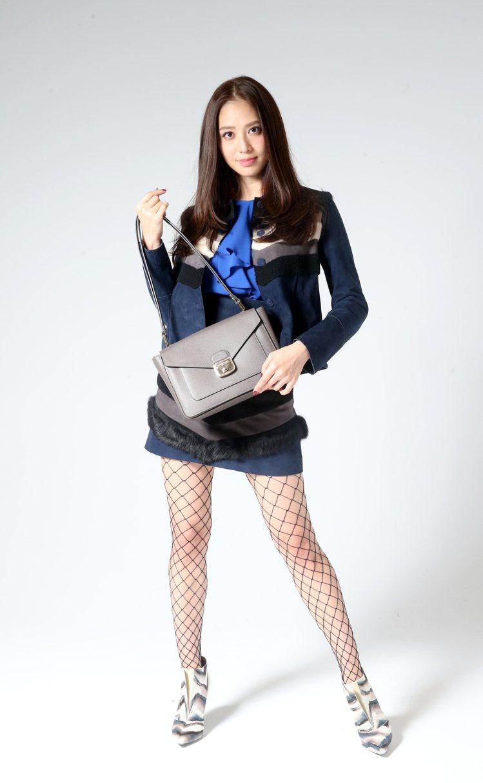 白歆惠穿拼貼高腰短裙52,900元,展現好身材,拿Le Pliage Hérit...
