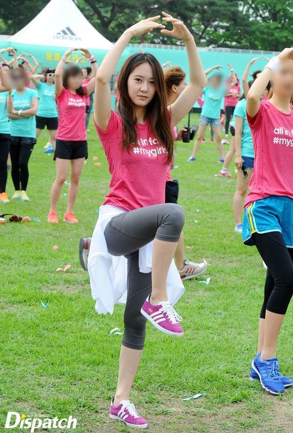 Krystal 擁有連健身教練都認可的標準身材。圖/摘自dispatch