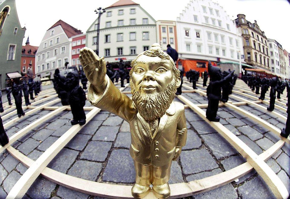 德國藝術家Ottmar Hoerl的街頭作品「與惡魔共舞」。民粹並不單純是失控越...