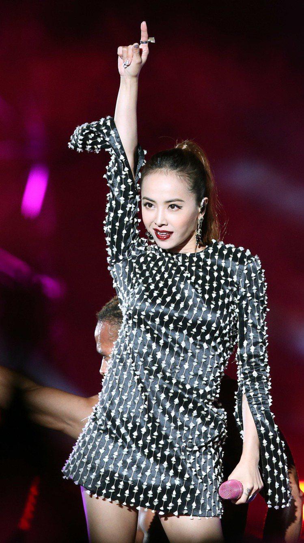 蔡依林音樂祭壓軸,「酒紅唇+迷你連身裙」讓歌迷嗨翻天!圖/記者屠惠剛攝影