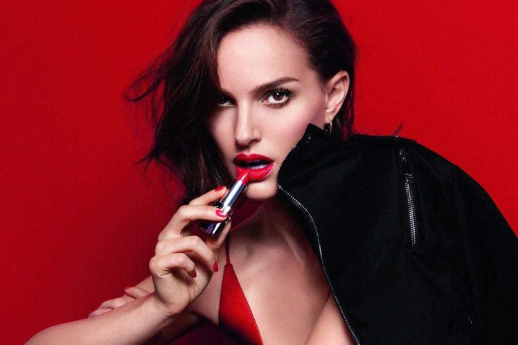 娜塔莉波曼在2016全新迪奧藍星唇膏廣告中,以#080微笑亮紅展現緞光紅唇魅力。...