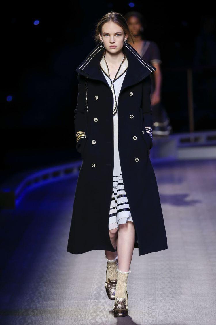 無論是短版的夾克或長版風衣、大衣,都能見到霸氣的軍裝風格強勢回歸。圖/Tommy...
