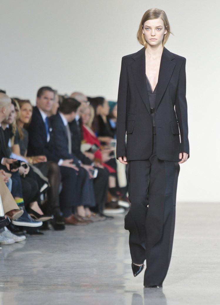 西裝褲裝同樣可以穿出硬挺帥氣,搭配高跟鞋更能拉長腿部線條。圖為Calvin Kl...