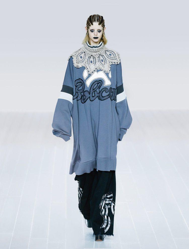 Marc Jacobs則是選用oversize的長袖T恤混搭甜美元素,更加了點蕾...