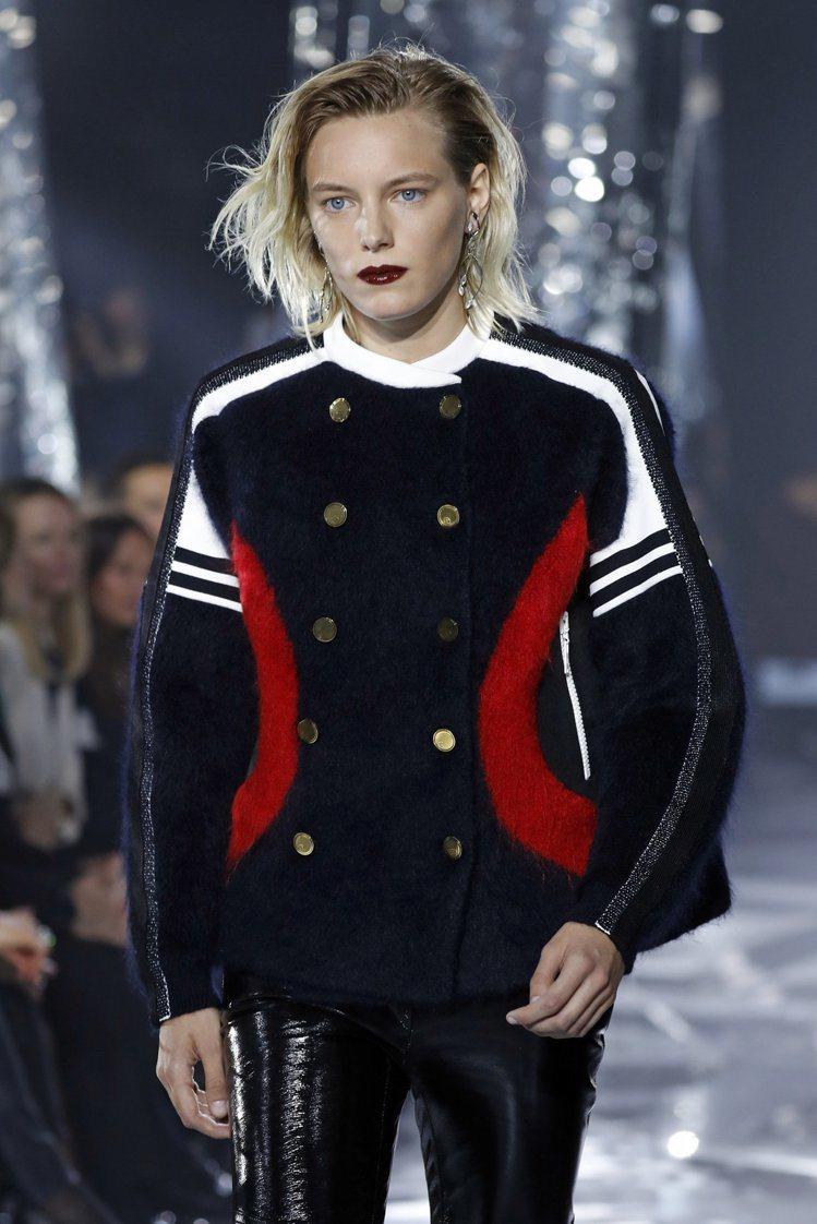 無論是短版的夾克或長版風衣、大衣,都能見到霸氣的軍裝風格強勢回歸。圖為Louis...