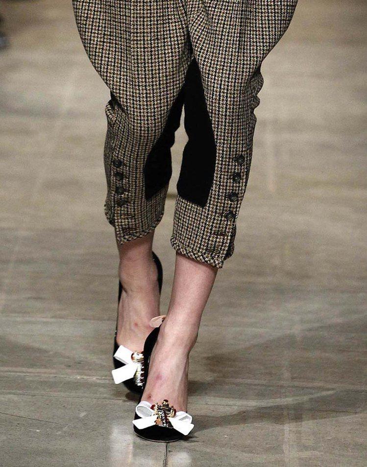 繁複設計鞋款則是透過刺繡、纏繞的綁帶、珍珠等裝飾出搶眼的細節。圖/Miu Miu...