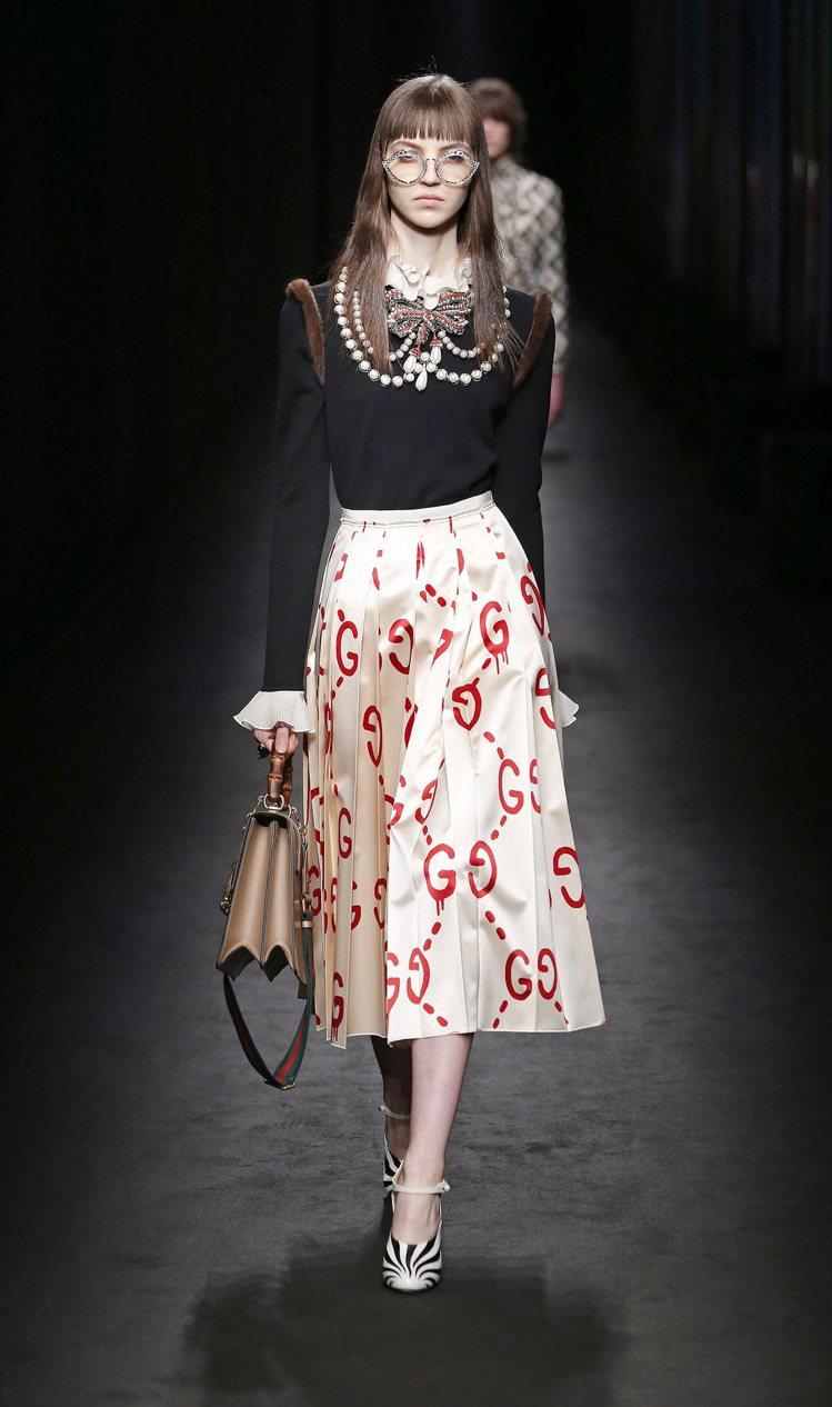 2016秋冬繁複風格又回到時尚舞台,Gucci用珍珠點綴大型的華麗領口。圖/Gu...