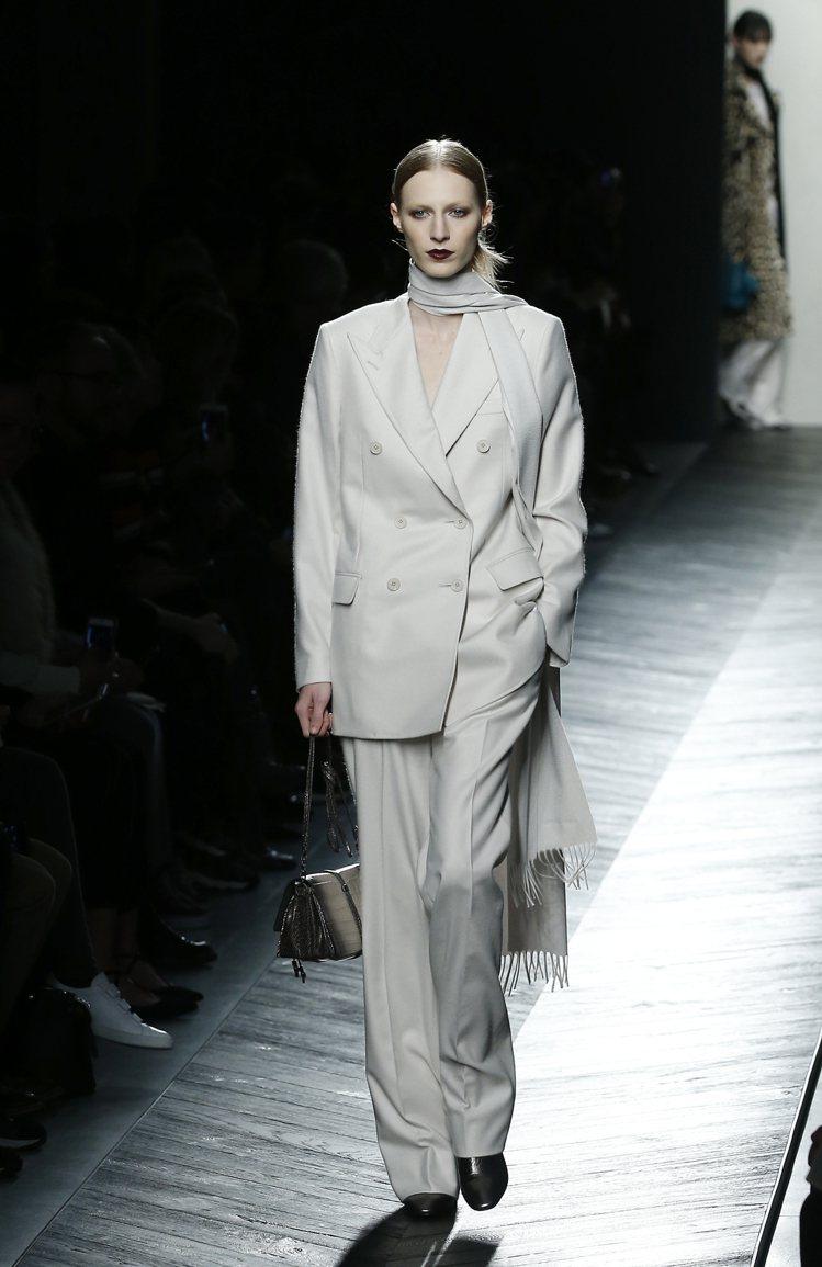 Bottega Veneta用西裝褲裝配長領巾,瀟灑帥氣。圖/美聯社
