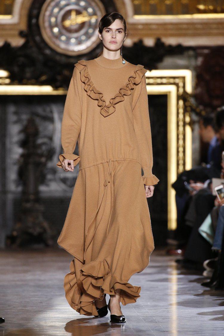 在看似休閒的服裝上加入女人味十足的設計,Stella McCartney大量使用...