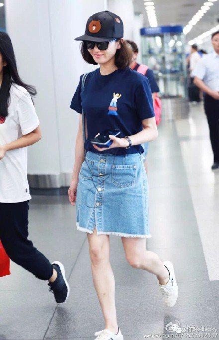 劉詩詩最近非常喜歡穿的一件牛仔窄裙,出自韓國雙人設計師品牌SJYP,配上洛杉磯品...