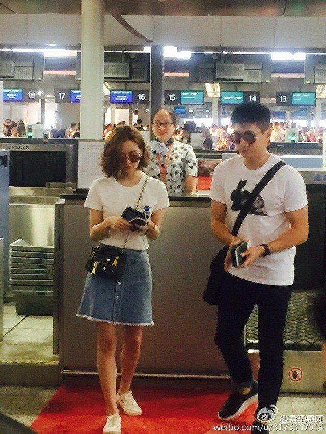前陣子前往峇里島參加華心婚禮時,劉詩詩也穿了MOSCHINO秋冬系列的白T恤配鍊...