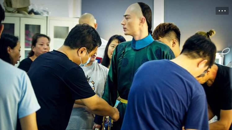 霍建華進「如懿傳」劇組,身旁工作人員忙他著裝。圖/摘自華傑工作室微博
