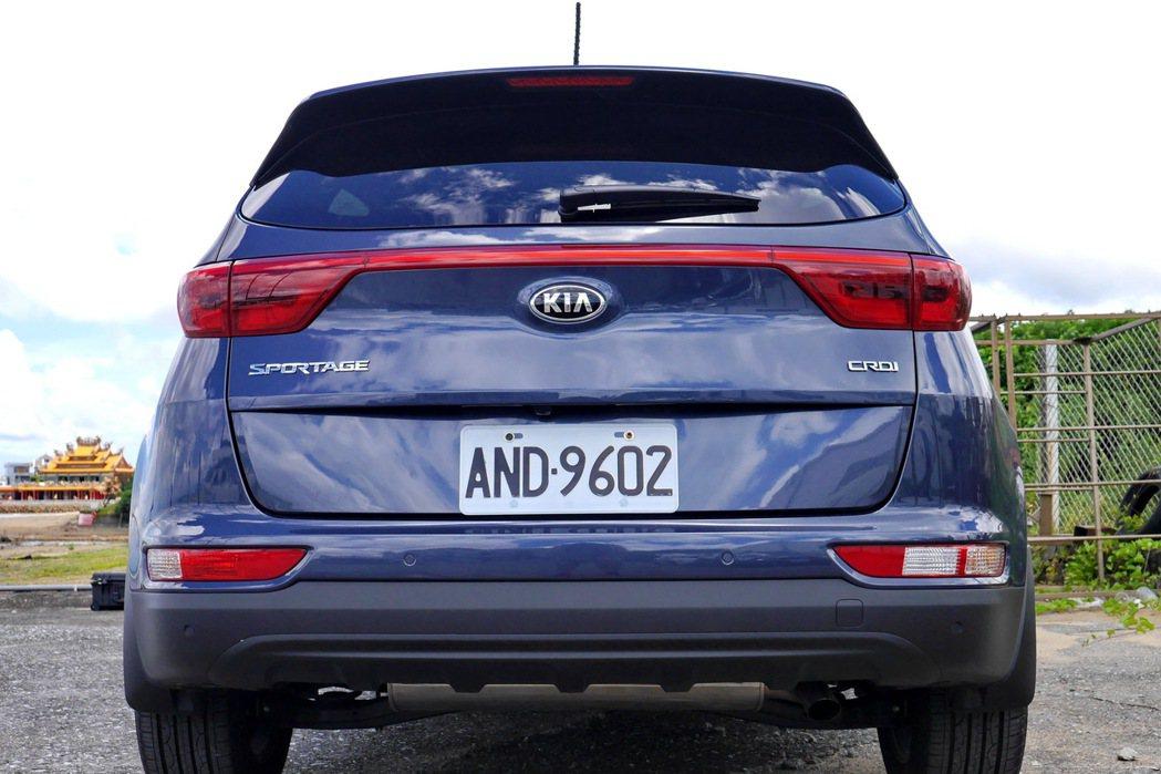 水平式的車尾設計主軸帶來Sportage後視造型的大器穩定感。 記者陳威任/攝影