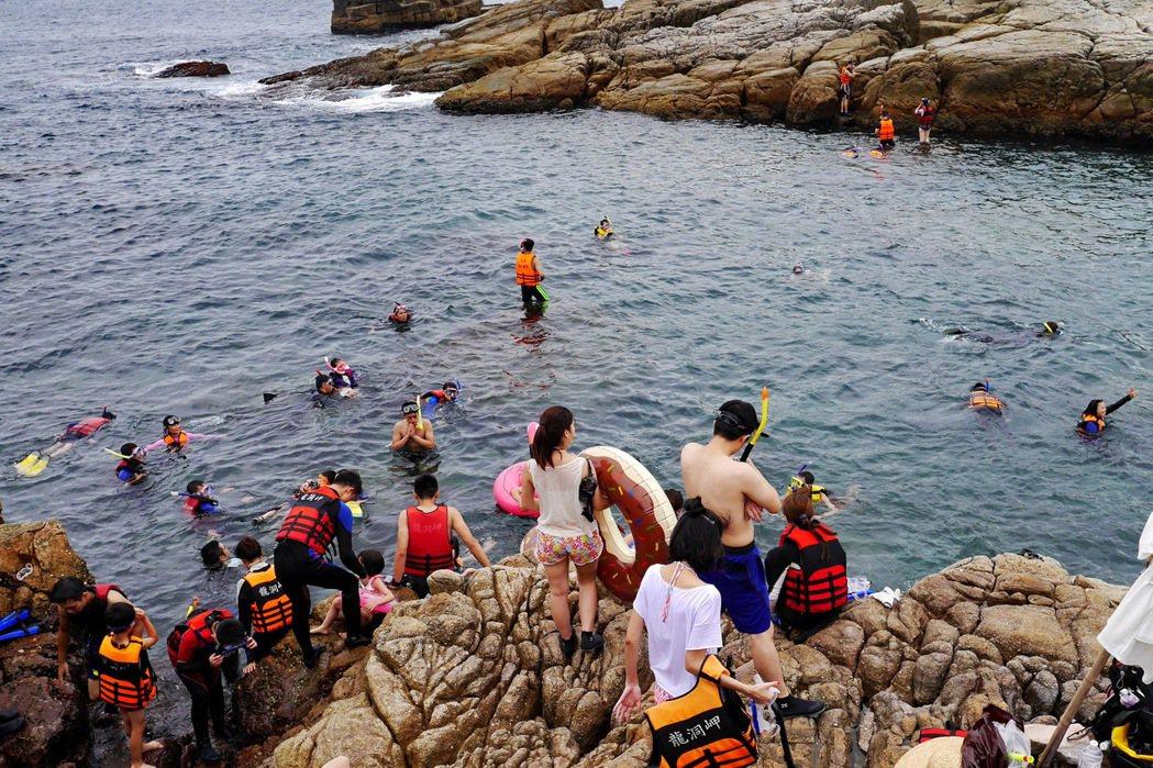 龍洞是許多浮潛愛好者的熱門景點。 記者陳威任/攝影