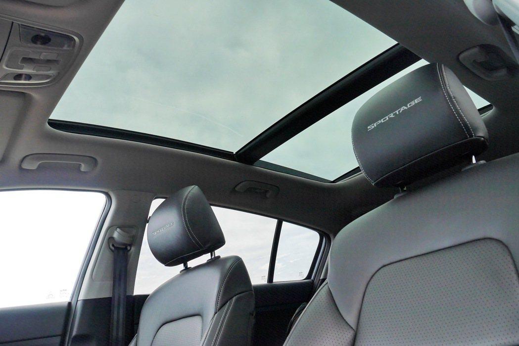 全景天窗提供後座乘客更好的視野。 記者陳威任/攝影