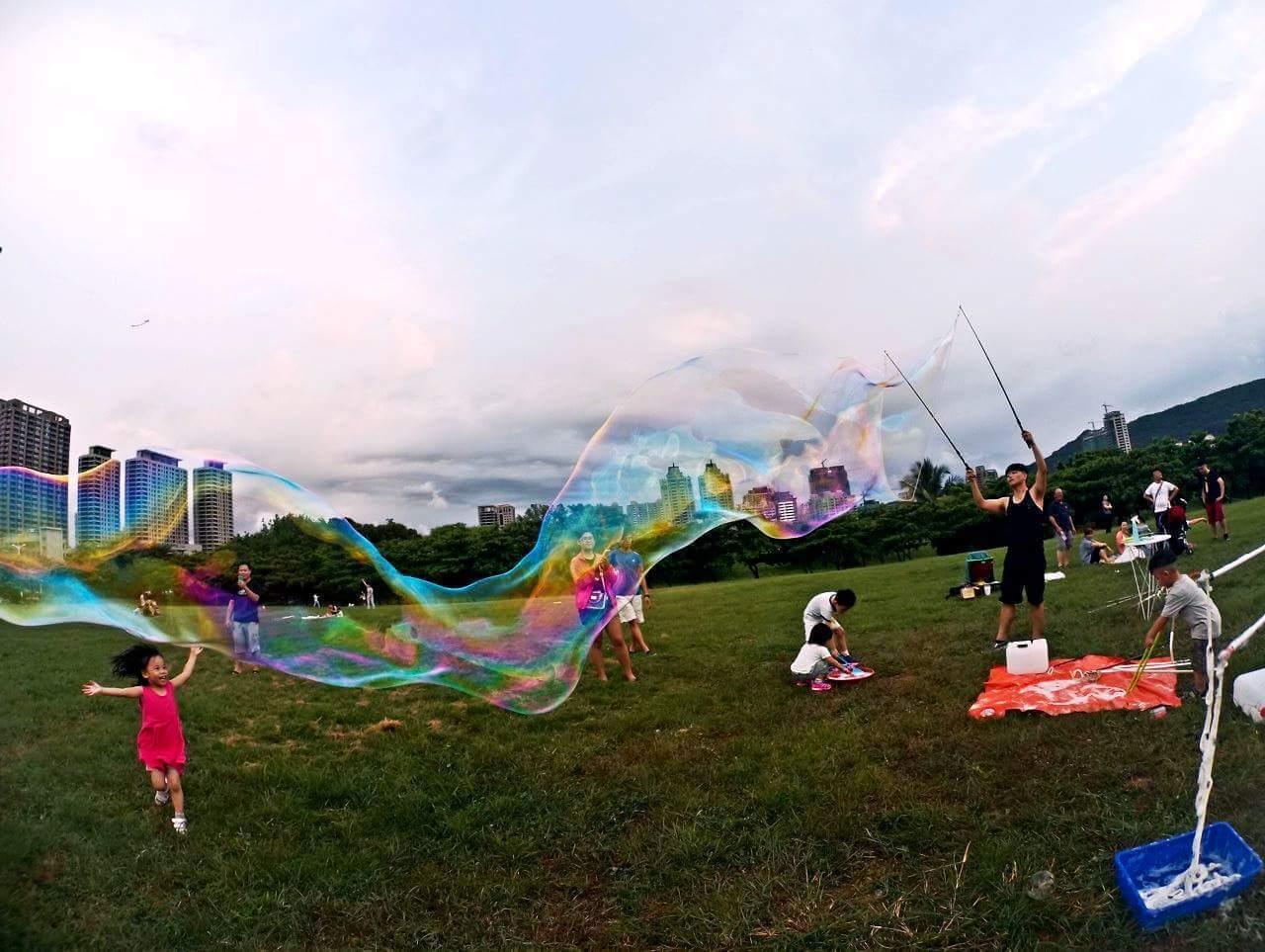 魔幻泡泡表演秀及親子互動遊戲。圖/雲林縣政府提供 陳信利