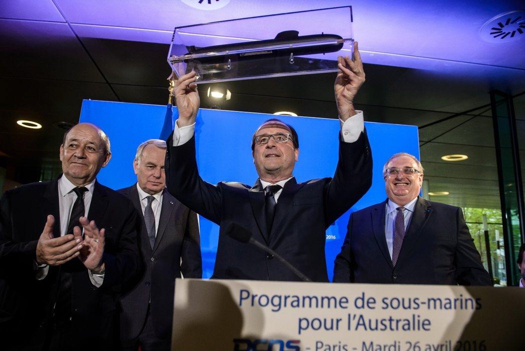 在奪得澳洲潛艇的天價大標後,法國總統歐蘭德(中)也於隔日訪問法國造艦局,高舉「短...