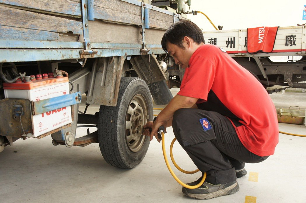 中華三菱技師專業維修 為部落居民輪胎檢查。 圖/中華三菱提供