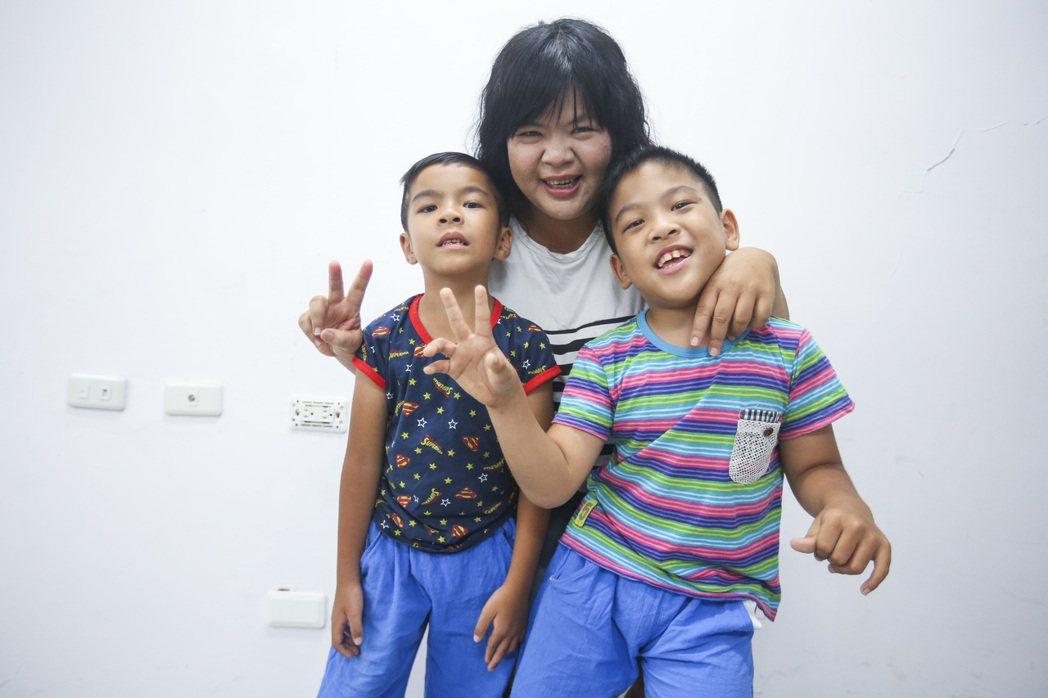 林秉嬋與兩個兒子政勳(右)與政翰(左)。 記者楊萬雲/攝影