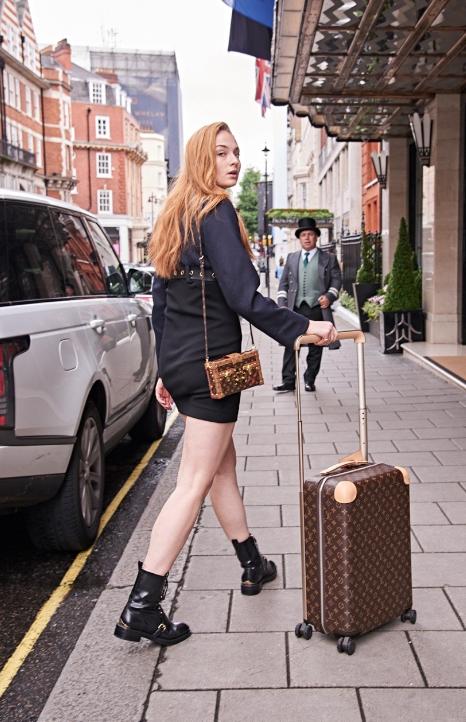 飾演「X戰警」年輕版琴葛雷的英國女星蘇菲特納,LV新行李箱是她最迷人的裝飾品。圖...