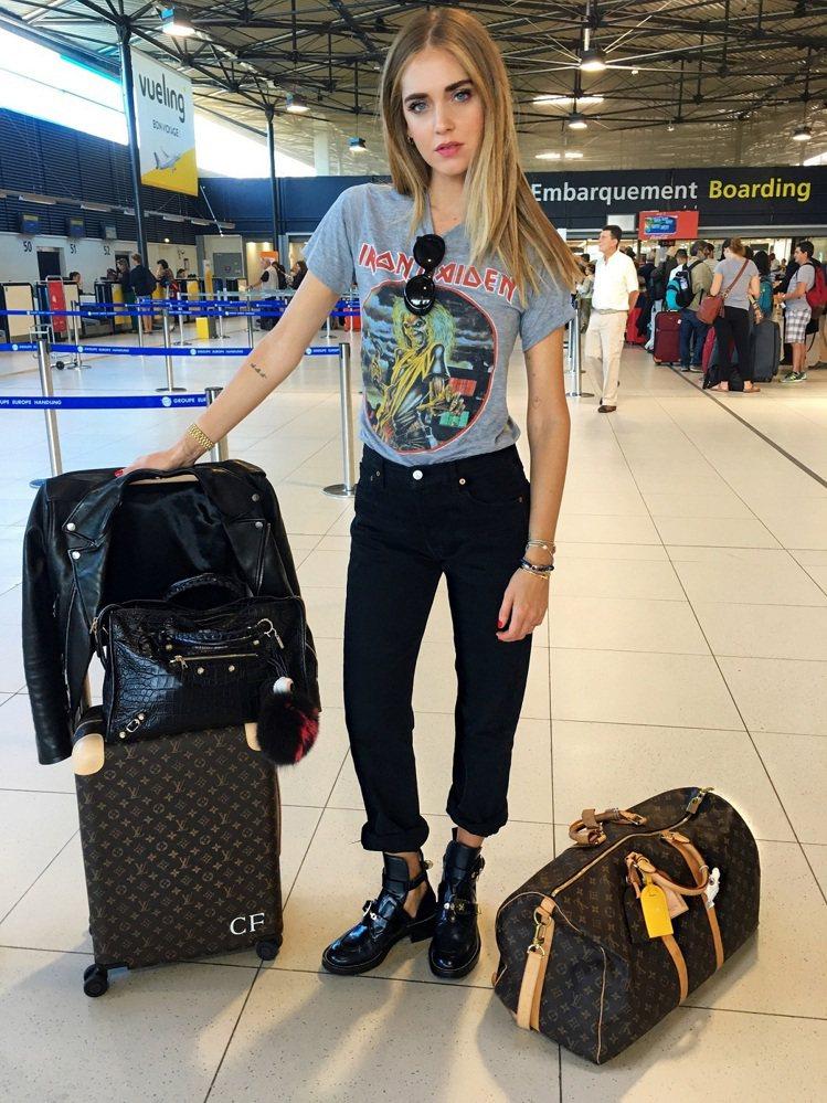 時尚部落客Chiara Ferragni打扮出輕鬆隨性又時尚的機場穿搭。圖/LV...