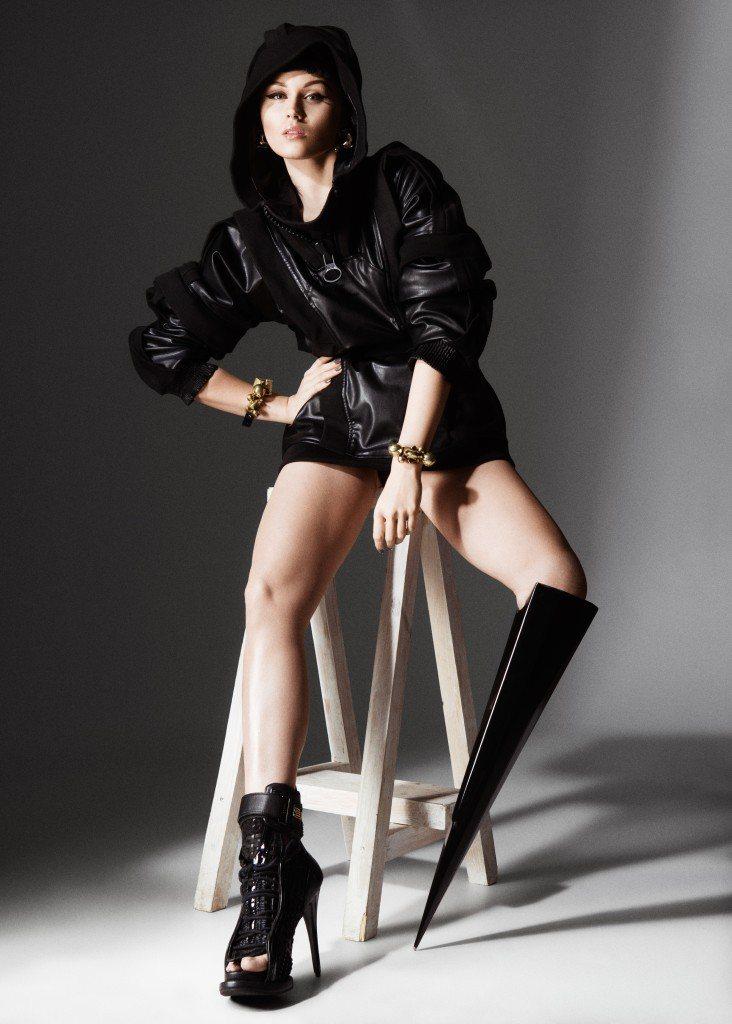 英國女歌手Viktoria Modesta不因病腿而自怨自艾,造型感十足又多變的...