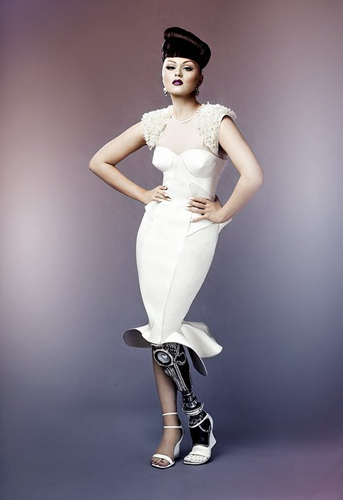 造型感十足又多變的義肢成了Viktoria Modesta最棒的配件。圖/摘自l...