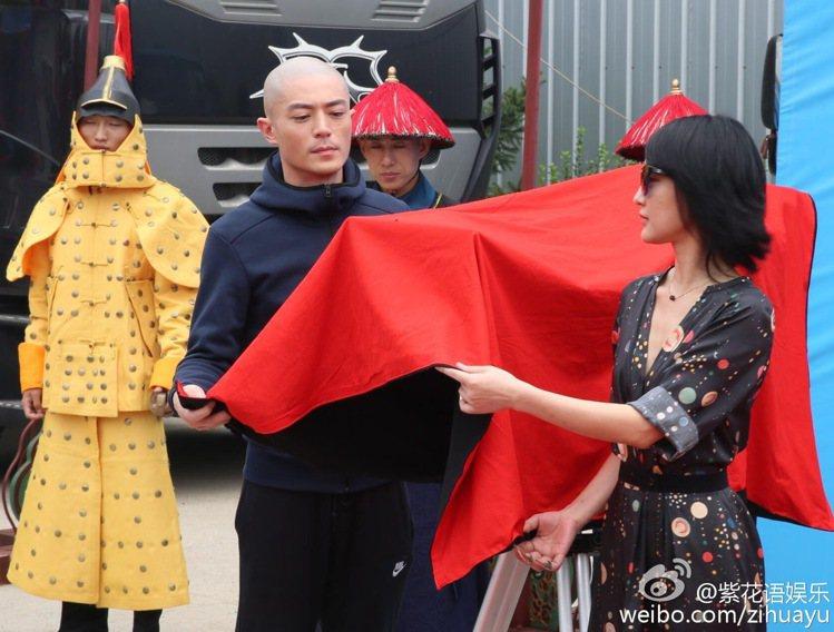 霍建華、周迅出席開機儀式。圖片/擷自「紫花語娛樂」微博