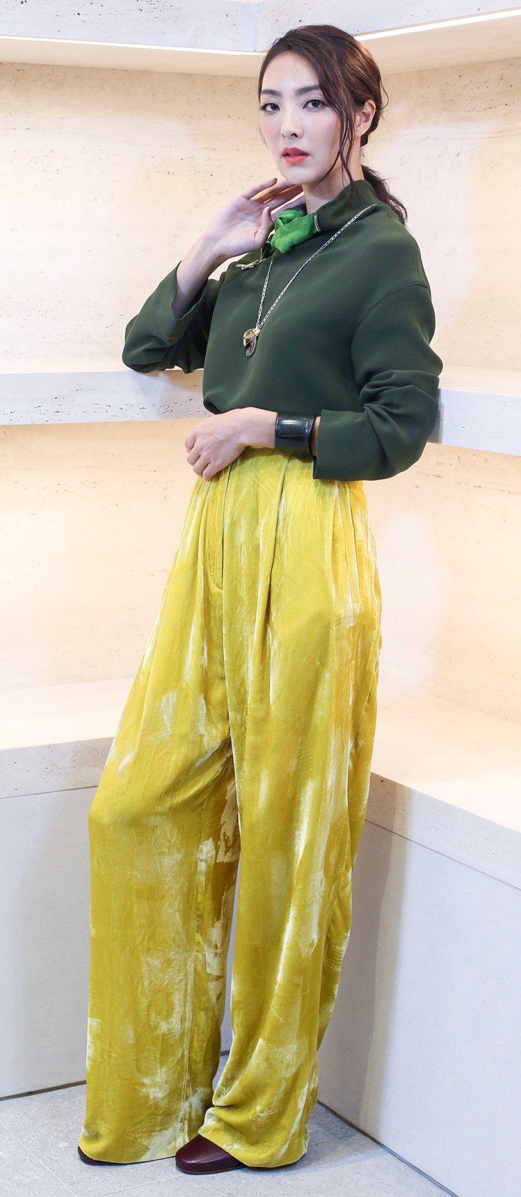 吳速玲最喜歡如CELINE秋冬剪裁簡單但彩度高、有點復古味道服裝。墨綠色絲綢上衣...