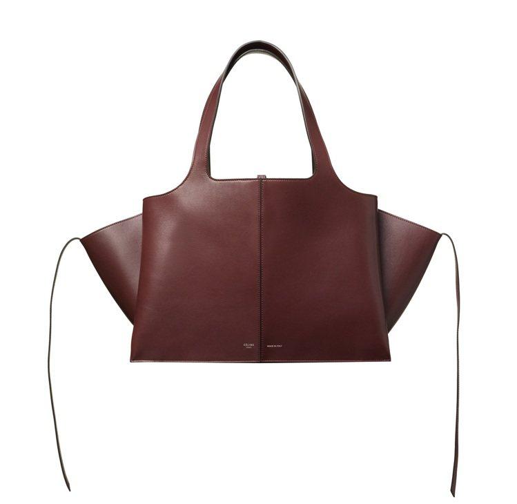 TRI-FOLD酒紅色柔軟天然小牛皮肩背提包,10萬5,000元。圖/CELIN...