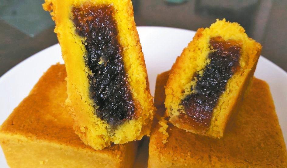 日光小林社區發展協會今年中秋推出全新口感的薑黃酥(圖)。 記者王昭月/攝影