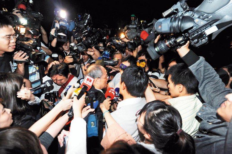馬王政爭,時任的檢察總長黃世銘(圖中)直接向總統馬英九報告了偵查進度,引發政治力介入檢調的爭議。 圖/聯合報系資料照片