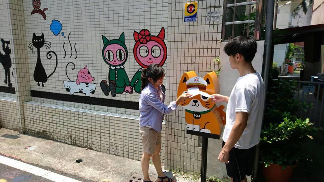 超萌的「橘貓信差」造型郵筒,在甲仙郵局旁亮相。圖/高雄郵局提供