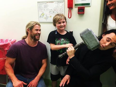 「雷神」克里斯漢斯沃與邪神「洛基」湯姆希德斯頓前往昆士蘭兒童醫院探望病童,與孩子...