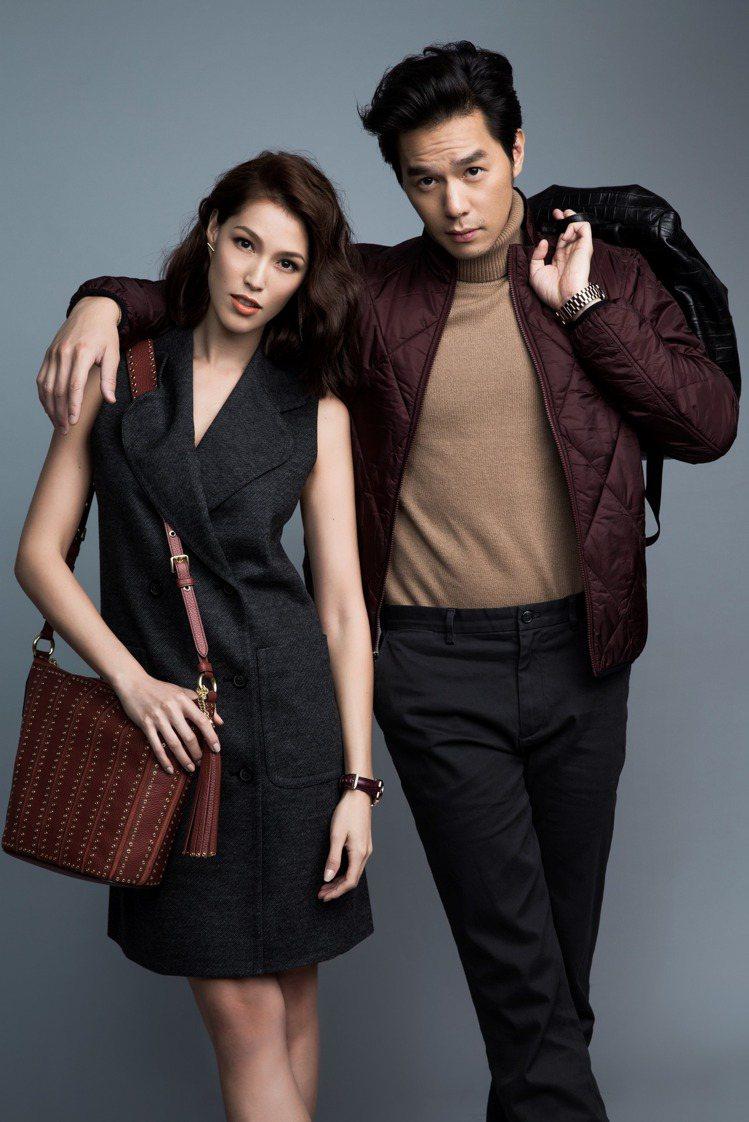 經典復古中低調呼應情侶裝,丁春誠以酒紅外套巧搭Akemi的包款。圖/MICHAE...
