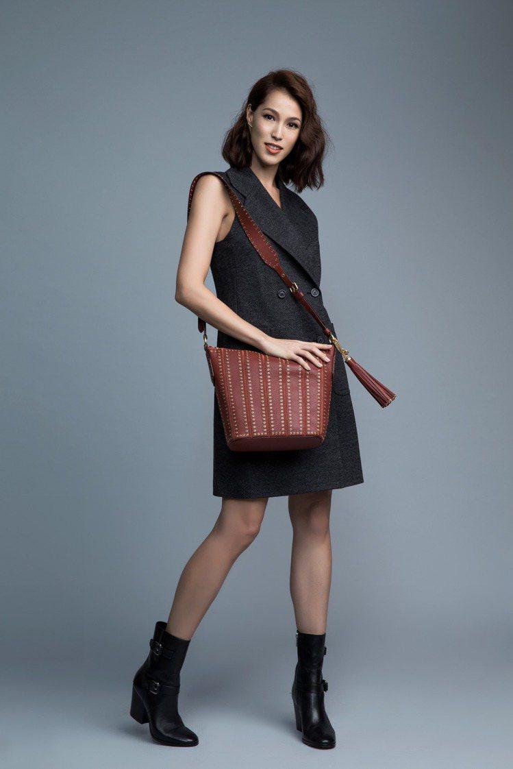背心式洋裝搭配Brooklyn磚紅色肩包帶來復古典雅的氣息。圖/MICHAEL ...