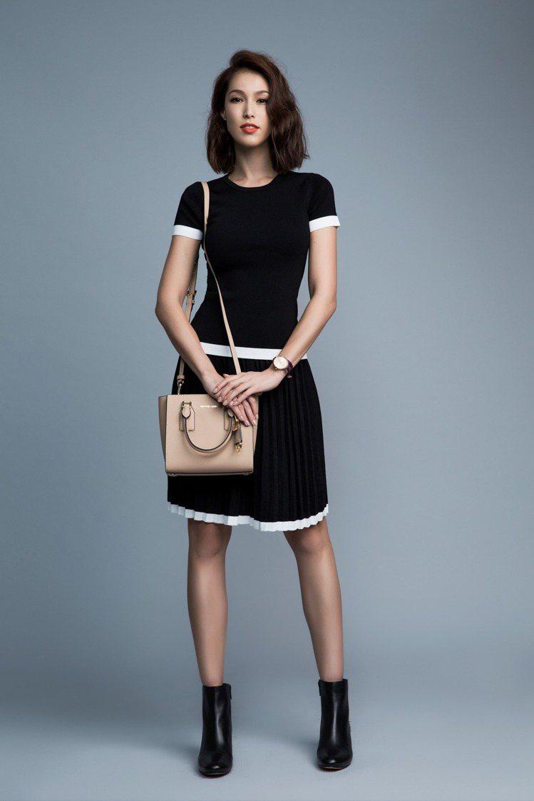 黑白針織百褶裙搭配Selby裸色提包。圖/MICHAEL KORS提供