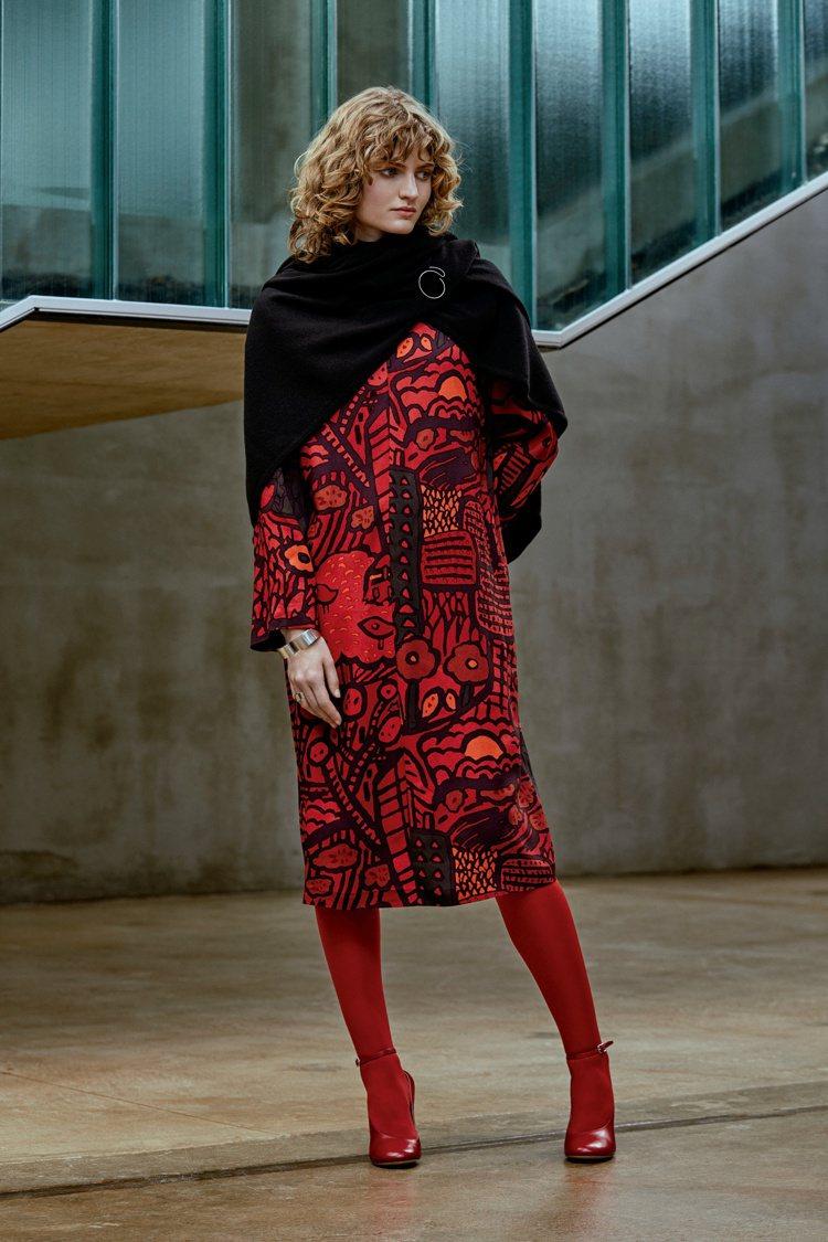 Marimekko紅色印花洋裝12980元,大披巾8550元。圖/永三提供