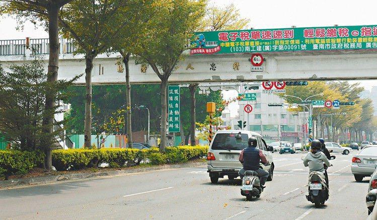 台南市府目前已規畫「綠線—府城橫貫線」與「藍線—中華環線」2條輕軌路線,起迄點為...