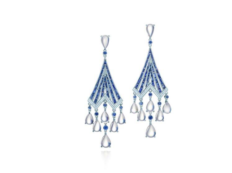 Tiffany鉑金鑲嵌藍寶石、月光石與鑽石耳環,210萬元。圖╱Tiffany提...