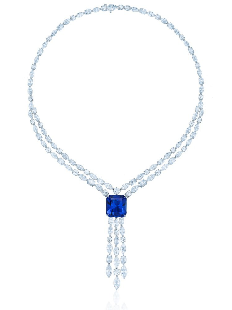 Tiffany 23.62克拉祖母綠切割丹泉石鑽石項鍊,1642萬5,000元。...