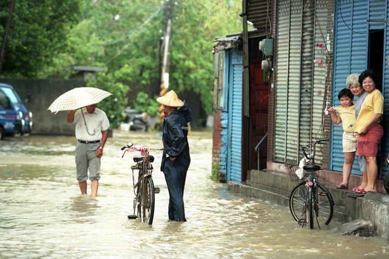 1994年弗雷特颱風來襲,造成社子島多處淹水。 圖/聯合報系資料照片