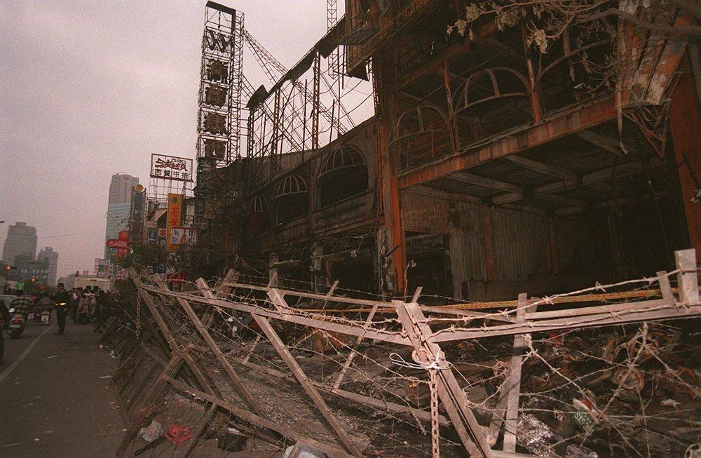 衛爾康西餐廳當年火災發生時,據說有人看到幽靈船在上空盤旋。 聯合報系資料照