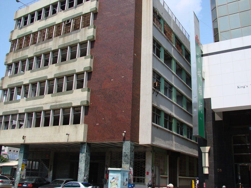 位處台南市區的杏林醫院大樓廢棄多年,被網友形容為全台最大鬼屋。 聯合報系資料照