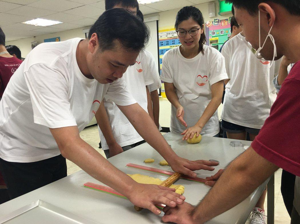 血友病友彭先生(左)與喜憨兒合作體驗餅乾製作。記者江慧珺/攝影