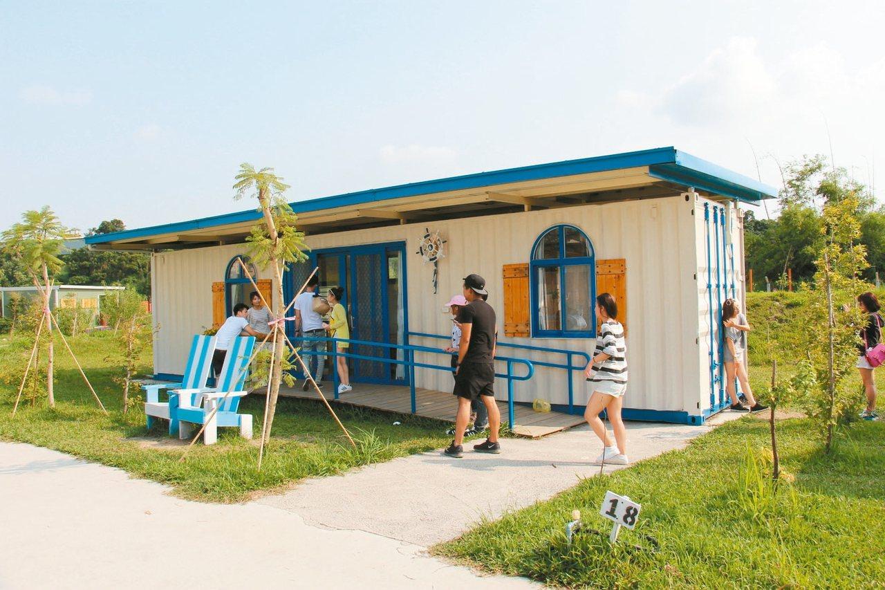 水藍色貨櫃屋充滿濃濃地中海風格。 記者洪上元/攝影