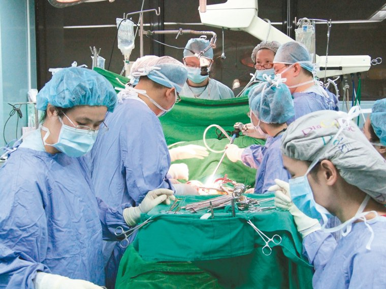 國內移植手術成績具國際水準。圖為振興醫院心臟移植團隊手術畫面。 圖/振興醫院提供